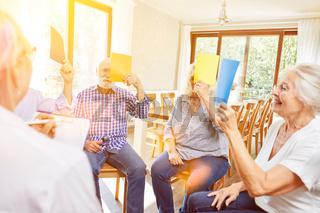 Gruppengespräch bei Gruppentherapie mit Senioren