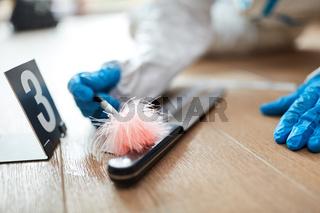Kriminaltechniker sucht Fingerabdruck auf Messer