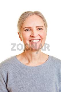 Lachende Seniorin frontal