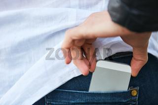Taschendieb beim Stehlen von Smartphone