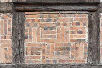 Backsteine an einem Fachwerkhaus als Hintergrund
