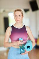 Junge Frau als Fitness Trainer und Kursleiter