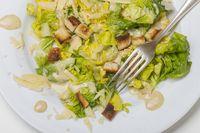 Cäsarsalat auf einem Teller