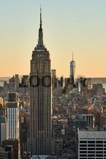 New York City mit dem Empire State Building und One World Trade Center im Sonnenuntergang