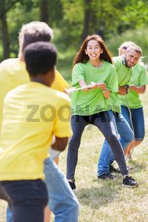 Junges Team beim Tauziehen mit Seil