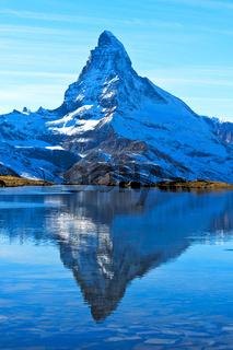 Das Matterhorn spiegelt sich im Stellisee
