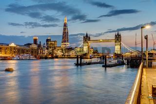 Die Themse in London nach Sonnenuntergang