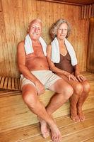 Senioren Paar entspannt in der Sauna