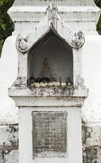 Kleiner Schrein mit Buddha Figure, Tempel Wat Nong Sikhounmuang, Luang Prabang, Laos