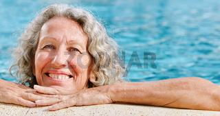 Seniorin Frau am Rand vom Schwimmbecken