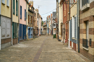 Bunte Häuser neben Gasse in Altstadt von Amiens