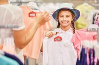 Mädchen beim Kaufen von einer Bluse
