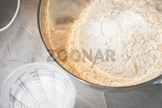 Brotteig, aus Hefe, Mehl und weitere Zutaten wird ein leckeres Brot.