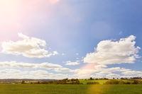 Landschaft mit Wiese und Himmel im Sonnenschein