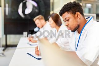 Junge Medizin Studenten schreiben einen Test