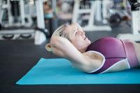 Junge Frau macht Crunches für die Bauchmuskeln