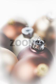 Braune, goldene und helle Christbaumkugeln - eine schöne Dekoration zu Weihnachten