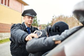 Polizist bei Festnahme von Einbrecher