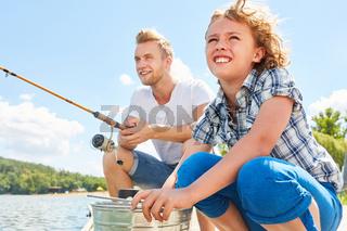 Junge angelt zusammen mit seinem Vater