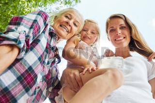 Glückliche Familie mit Frauen in 3 Generationen