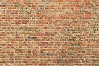 Alte Mauer aus Ziegelsteinen als Hauswand