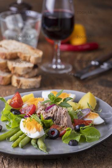 Salat Nicoise auf einem Teller