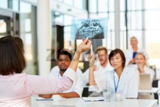 Referentin hält ein Röntgenbild hoch im Seminar