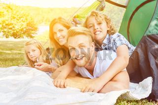 Familie mit Kindern im Zelt beim Camping im Sommer