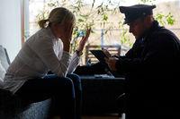 Polizist befragt Opfer nach Einbruch und Diebstahl