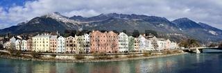 Panorama der Häuser am Inn und des Gebirges Nordkette in Innsbruck