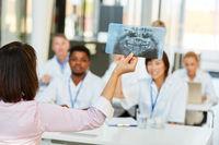 Dozentin hält ein Referat über Röntgendiagnostik