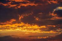 Sonnenuntergang mit leuchtenden Wolken
