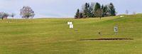 Blick über einen Hügel mit einer Driving range