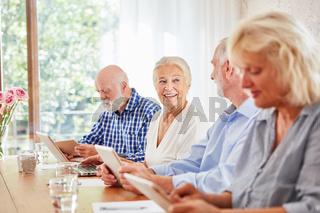 Gruppe Senioren im Altersheim im Computerkurs