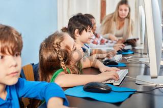 Kinder der Grundschule am Computer