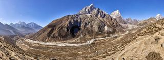 Blick auf die Berge Taboche und Cholatse in Nepal