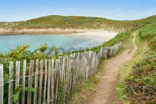 Pfad mit Zaun zu Strand in Bucht in Bretagne