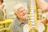 Senior in einer Rückenschule in der Physiotherapie