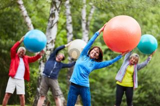 Senioren Rückentraining mit Gymnastikball