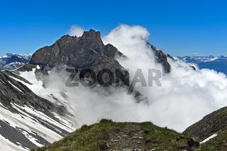 Gipfel der Walliser Alpen in den Wolken, Ovronnaz, Wallis, Schweiz
