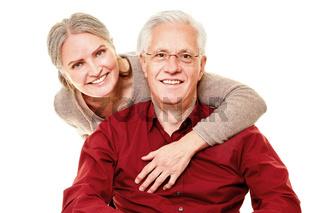 Zwei glückliche Senioren als Paar