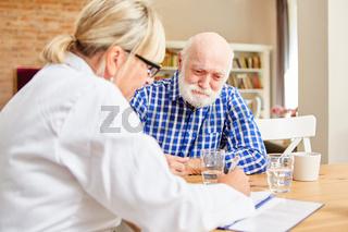 Ärztin und Senior als Patient in der Sprechstunde