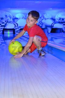 kleiner Junge beim Bowling