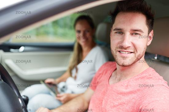 Junger Mann als zufriedener Autofahrer