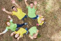 Junge Leute machen eine Übung für Teamgeist