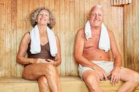 Glückliches Paar Senioren in der Sauna