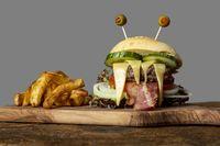 Monster-Burger für Halloween auf Holz
