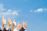 Business Leute halten Daumen hoch