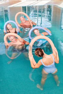 Senioren Gruppe im Kurs für Aquafitness
