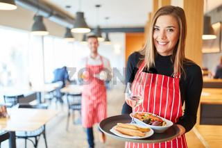 Bedienung im Restaurant serviert Vorspeisen